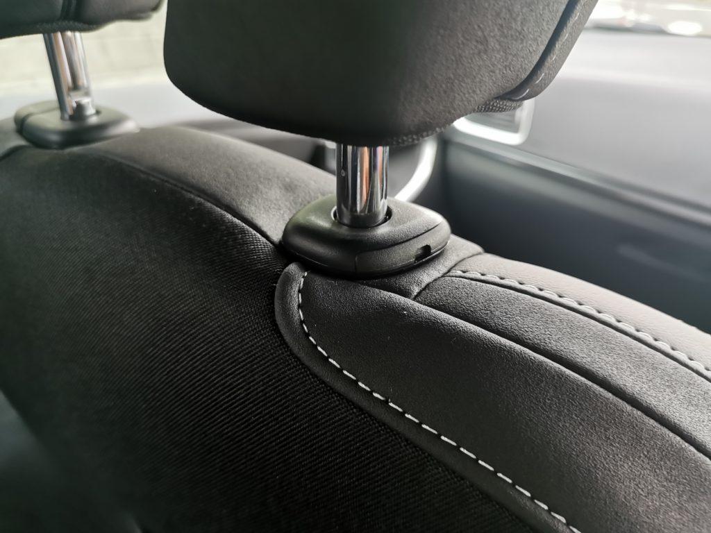 ボルボV40のヘッドレストの外し方を解説 シート後ろのボタン・ノッチでロックが外れない!