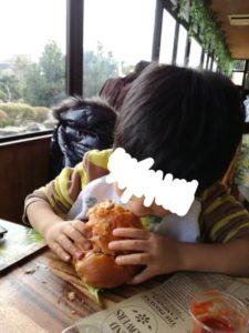カピバラバーガーを食べる四歳