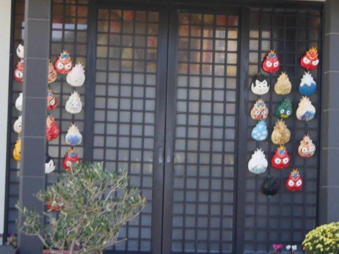 戸田漁港周辺の軒先に飾られた高足ガニのお面